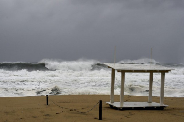 À 16h00 dimanche, l'ouragan se trouvait à 225... (Photo: AFP)