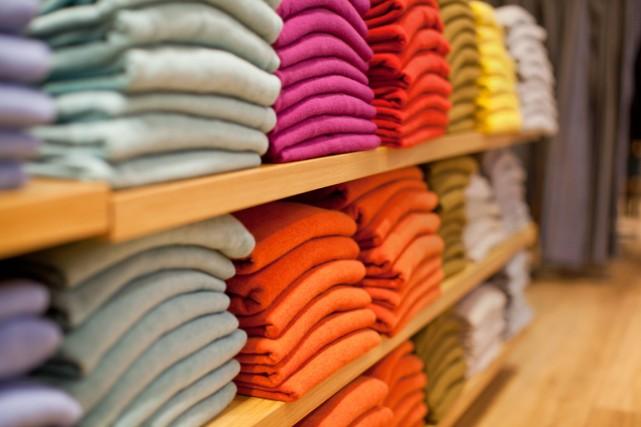 Des t-shirts de différentes couleurs sont empilés sur... (Photo Thinkstock)