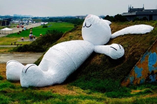 Le lapin blanc de 25 mètres de haut... (Photo Wally Santana, archives AP)