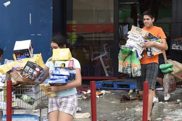 Plusieurs commerces ont été pillés dans les zones... (Photo: AFP)