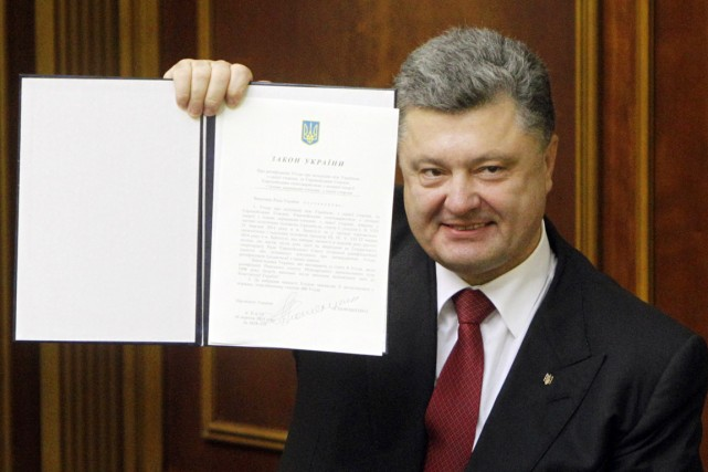 Le président Petro Porochenko brandit fièrement l'accord d'association... (PHOTO VALENTYN OGIRENKO, REUTERS)