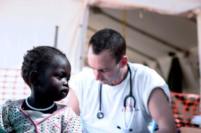Un médecin de Médecins sans frontière (MSF) s'occupe... (PHOTO CHARLES LOMODONG, ARCHIVES AFP)