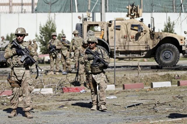 Des soldats américains montent la garde sur les... (PHOTO MOHAMMAD ISMAIL, REUTERS)