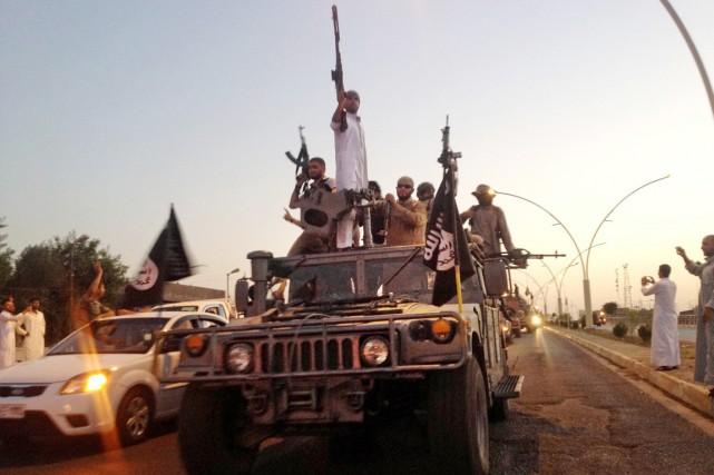 Des combattants de l'EI paradent à Mossoul, le... (PHOTO ARCHIVES AP)