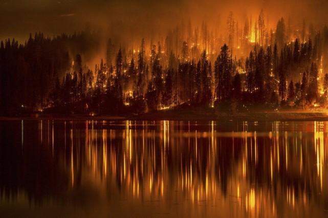 Il y a douze feux majeurs en Californie... (Photo AP)