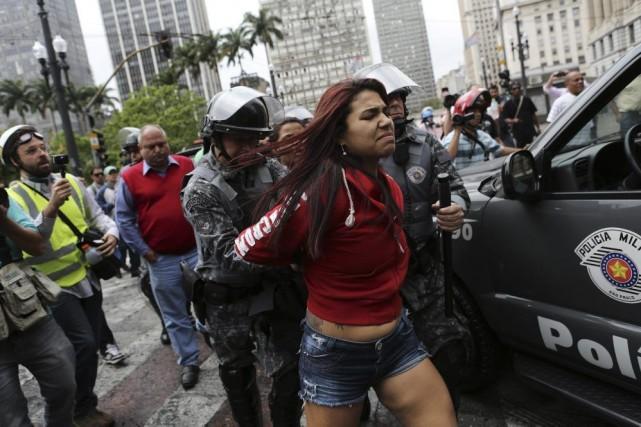 Les affrontements ont commencé quand les occupants et... (PHOTO REUTERS)