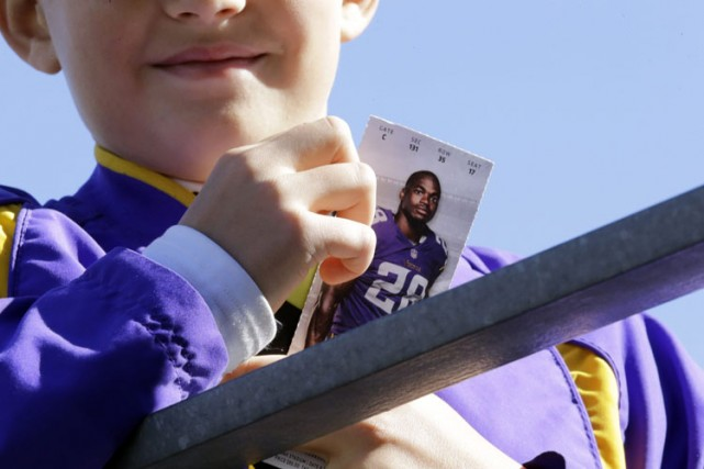 Un jeune partisan tient une photo d'Adrian Peterson... (Photo: AP)