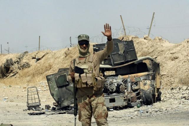 Un soldat irakien monte la garde près d'un... (PHOTO ASSOCIATED PRESS)