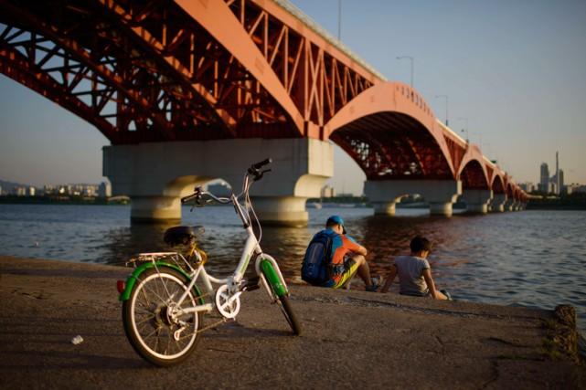 La rivière Han fait partie de la frontière... (PHOTO ED JONES, ARCHIVES AFP)