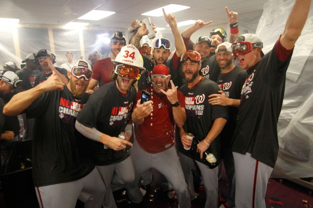 Les joueurs des Nationals ont célébré dans le... (Photo Brett Davis, USA Today)