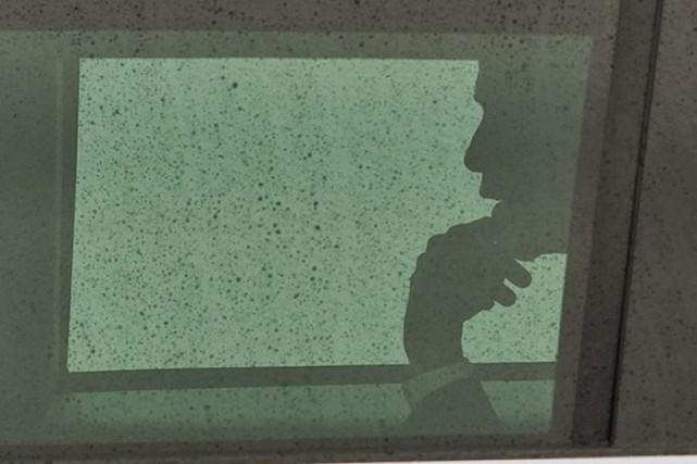 Obama dans la limousine présidentielle, ce jeudi.... (Photo AP)