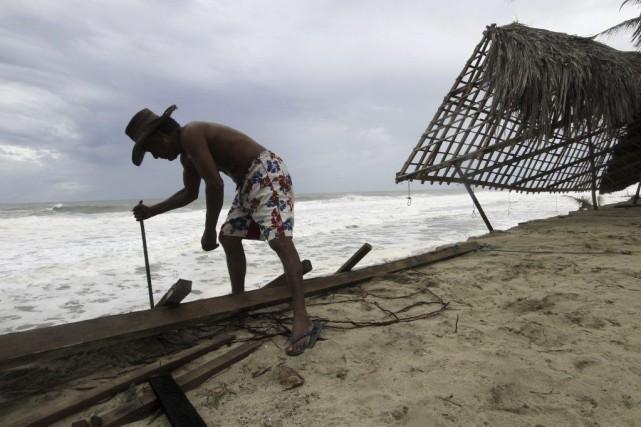 À Playa Azul Coyuca de Benitez, ce restaurateur... (Photo AFP)