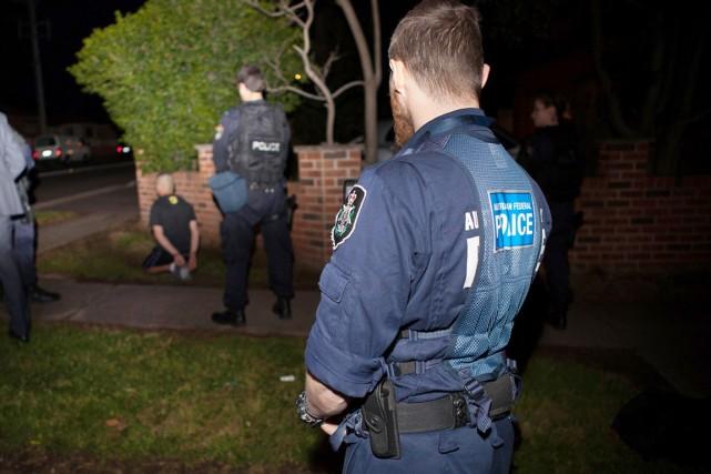 Plus de 800 policiers ont participé au coup... (PHOTO AFP/POLICE FÉDÉRALE AUSTRALIENNE)