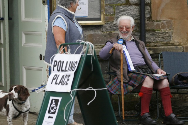 Un partisan du Oui, vêtu d'un traditionnel kilt,... (PHOTO RUSSELL CHEYNE, REUTERS)
