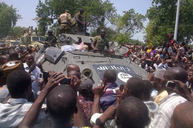 Des résidants de Maiduguri accueillent avec enthousiasme des... (PHOTO TUNJI OMIRIN, ARCHIVES AFP)