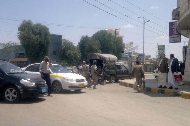 Des soldats de l'armée yéménite se tiennent près... (Photo Jamal Noman, AFP)