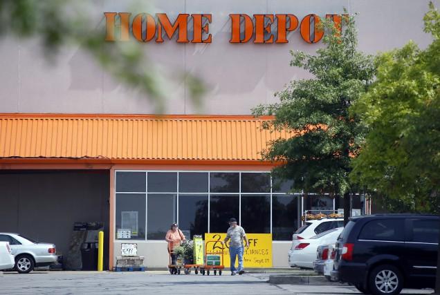 Le géant américain de la rénovation résidentielle Home Depot a surpassé les... (Photo archives AP)