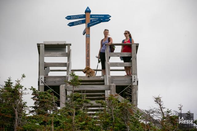 Marianne et Béatrice Laroche au sommet du mont... (PHOTO DAVID BOILY, LA PRESSE)