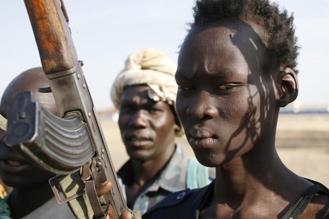 Des combattants de l'ethnie Nuer brandissent leurs armes,... (PHOTO GORAN TOMASEVIC, ARCHIVES REUTERS)