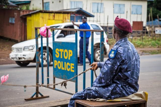Un policier sierraléonais monte la garde à un... (PHOTO MICHAEL DUFF, AP)