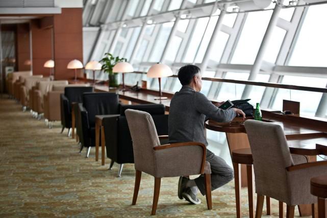 Les salons des aéroports sont des endroits calmes... (PHOTO JEAN CHUNG, BLOOMBERG)