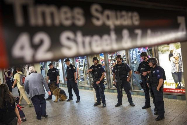 La présence des policiers était visible à la... (PHOTO LUCAS JACKSON, REUTERS)