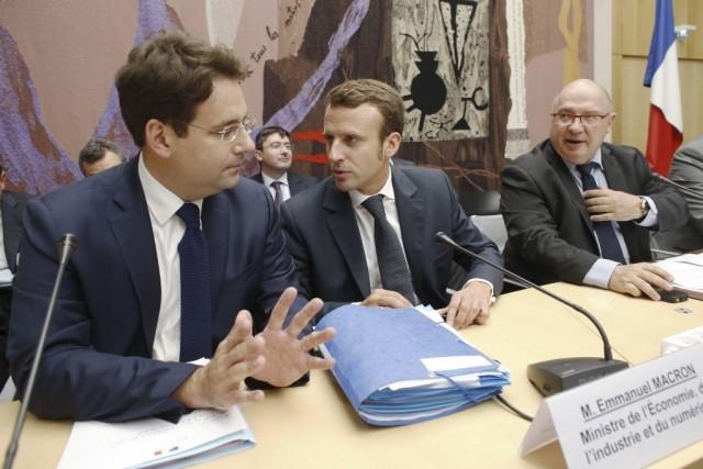 Le ministre de l'Économie Emmanuel Macron (au centre)... (Photo AFP)