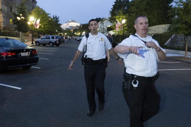 Des policiers coordonnent l'évacuation des personnes.... (Photo Evan Vucci, AP)