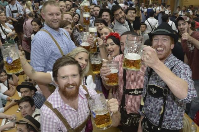 À l'Oktoberfest, le coup d'envoi, le «O'Zapft is»... (PHOTO CHRISTOF STACHE, AFP)