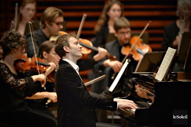 Le pianiste Alexandre Tharaud avec les Violons du... (Photothèque Le Soleil, Pascal Ratthé)