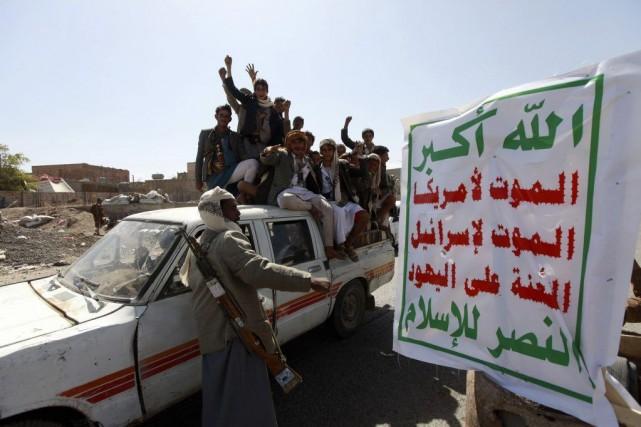 Des houthis crient des slogans à un barrage... (PHOTO MOHAMED AL-SAYAGHI, REUTERS)