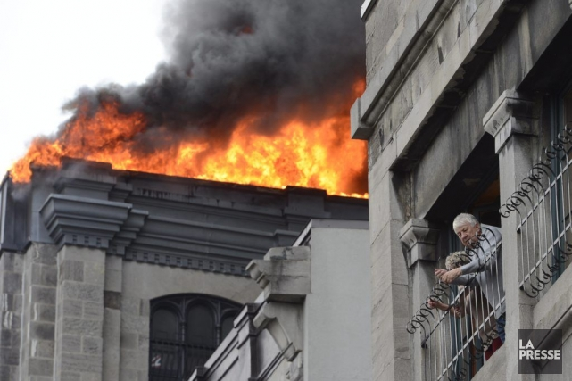 L'incendie aurait débuté sur le toît de l'édifice.... (PHOTO RYAN REMIORZ, LA PRESSE CANADIENNE)