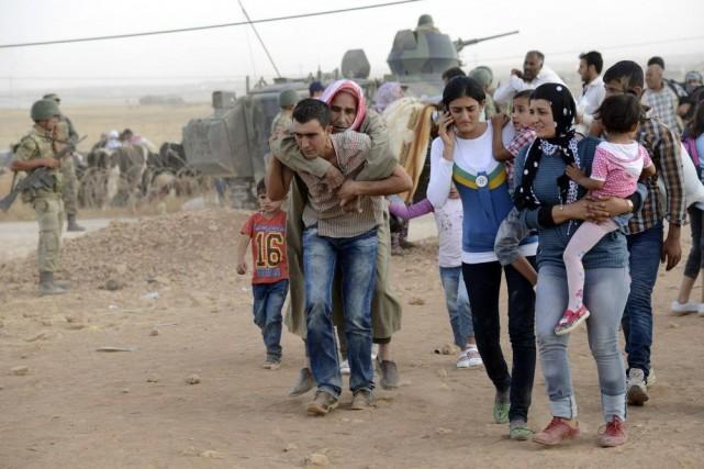 Des Kurdes syriens ont franchi la frontière turque... (PHOTO REUTERS)