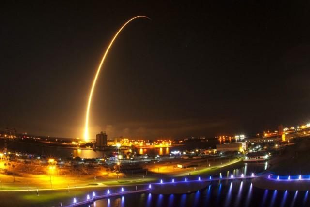 Falcon 9 s'est élancée comme prévu du pas... (Photo Malcolm Denemark, AP)