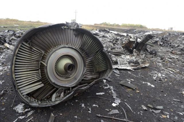 Des débris du volMH17 gisent au sol, le... (PHOTO ALEXANDER KHUDOTEPLY, AFP)