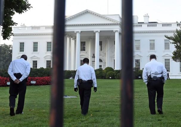 Des agents des services secrets examinent le terrain... (PHOTO SUSAN WALSH, AP)