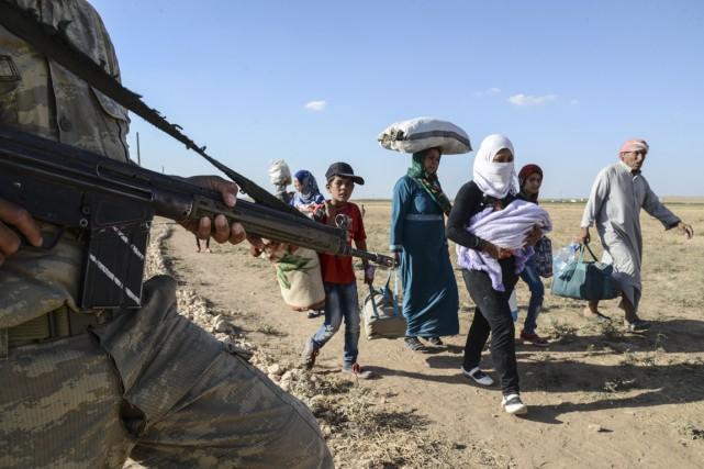 Devant l'avancée des forces de l'État islamique, des... (Photo Ilyas Akengis, AFP)
