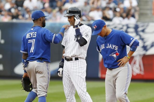 Derek Jeter (au centre)a frappé deux coups sûrs... (Photo Seth Wenig, AP)