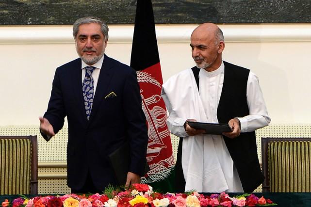 AshrafGhani (à droite) et AbdullahAbdullah ont signé dimanche... (Photo: AFP)