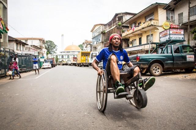 La pertinence du confinement en Sierra Leone a... (Photo: AP)