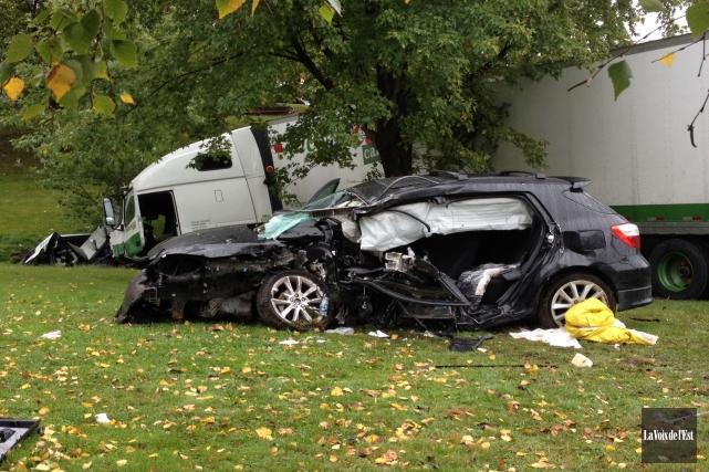 Selon les premières constatations, le conducteur d'une voiture... (PHOTO JANICK MAROIS, LA VOIX DE L'EST)