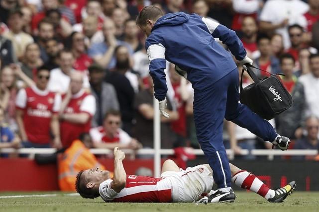 Mathieu Debuchy a été victime d'une «vilaine entorse».... (PHOTO ADRIAN DENNIS, AFP)