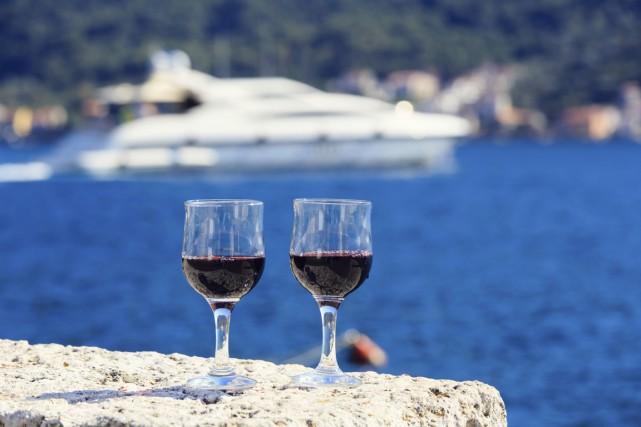 Quelque 420 bouteilles de vin de Bourgogne sont rentrées mercredi au Havre d'un... (Photo Thinkstock)