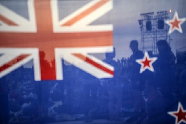 Le drapeau actuel, où figurent sur fond bleu... (Photo BULENT KILIC, AFP)