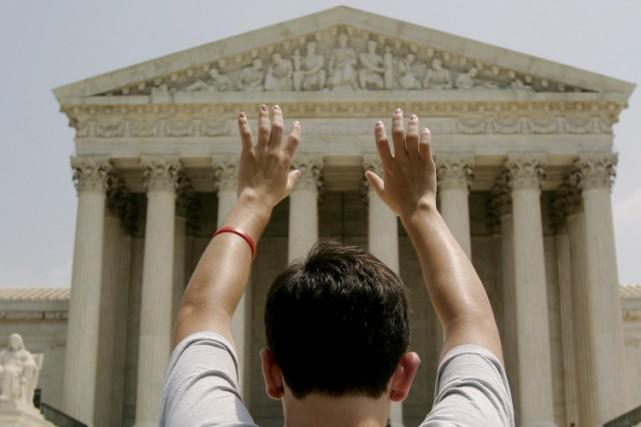 Un militant anti-avortement prie devant la Cour suprême... (Archives Reuters)