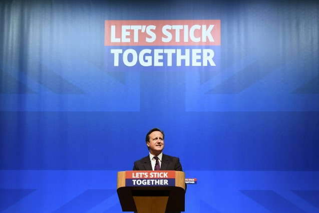 Le premier ministre britannique David Cameron et les... (Photo Dylan Martinez, Reuters)