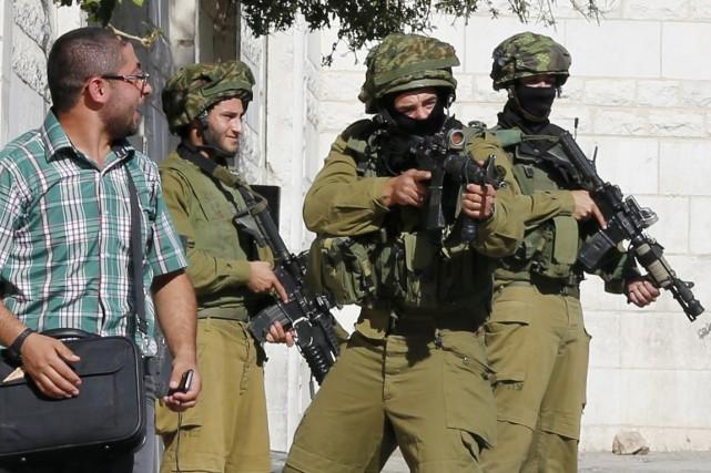 Des soldats israéliens prennent position lors de heurts... (PHOTO AMMAR AWAD, REUTERS)