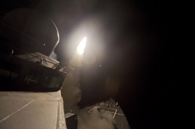 Un missile envoyé d'un bateau américain... (Photo U.S. Navy Photographer, REUTERS)