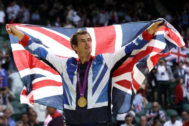 L'Écossais Andy Murray prend le drapeau anglais lors... (Photo archives AP)