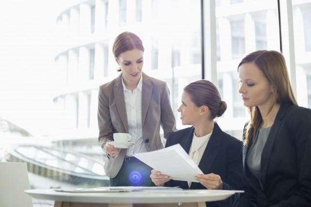 Les entreprises qui comptent des femmes au sein de leur conseil... (Photo Digital/Thinkstock)